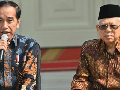 The Jokowi government has been accommodating of pushback and pressure from Muslim mainstream groups over various policy decisions such as vaccines and the regulation of investments in alcoholic businesses. In this picture, Indonesian President Joko Widodo (L) and Vice President Ma'ruf Amin introduce members of their new cabinet on the steps of the Merdeka Palace in Jakarta on October 23, 2019. (Photo: Adek BERRY/ AFP)