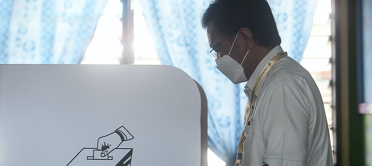 President of the Sabah Heritage Party Shafie Apdal votes during state elections in Semporna, a town in Malaysia's Sabah state on Borneo island, on September 26, 2020. The Sabah snap election was the origin of Malaysia's third and largest wave of Covid-19 infections. (Photo: AFP)