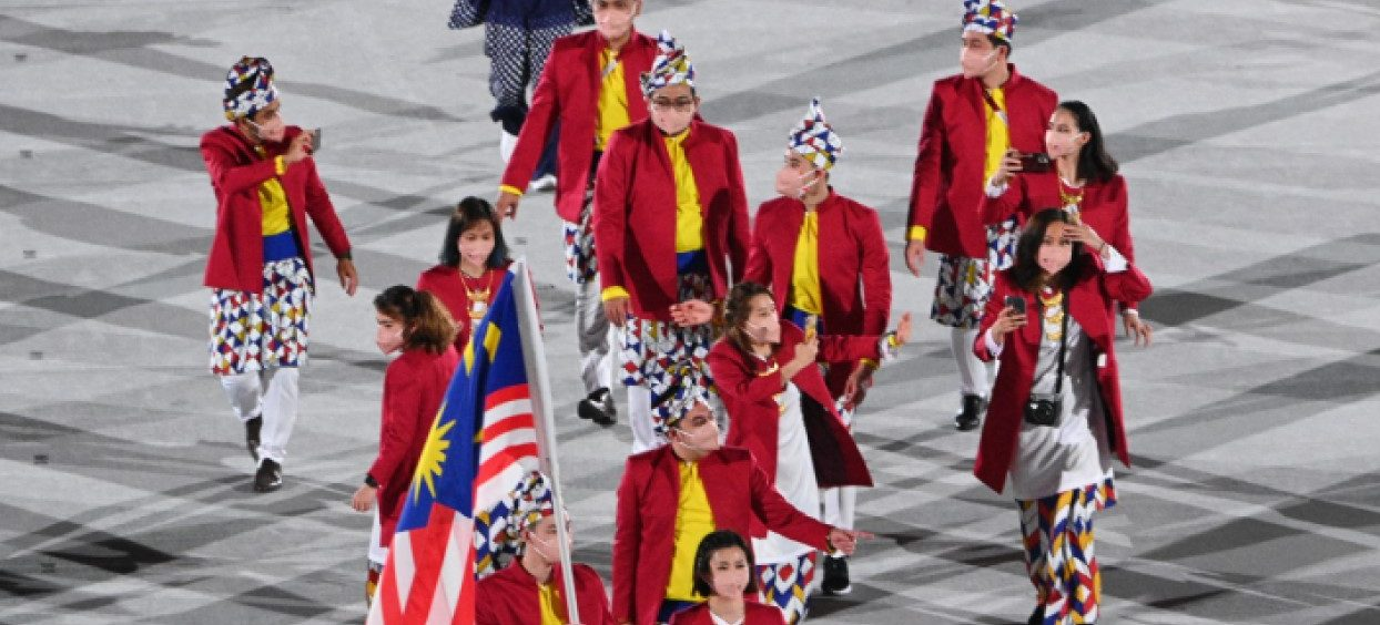 Malaysia's flag bearer Lee Zii Jia and Malaysia's flag bearer Liu Ying Goh and their delegation parade during the opening ceremony of the Tokyo 2020 Olympic Games, at the Olympic Stadium, in Tokyo, on 23 July, 2021. (Photo: Martin BUREAU/ AFP)