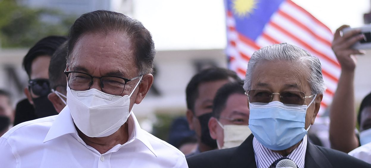 Malaysia's former prime minister Mahathir Mohamad (R) and opposition member of parliament Anwar Ibrahim (L) address the media as they protest the closure of parliament in Kuala Lumpur on 2 August, 2021. (Photo: Arif KARTONO/ AFP)
