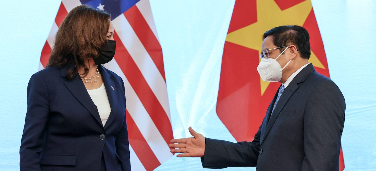 Vietnam's Prime Minister Pham Minh Chinh (R) gestures to US Vice President Kamala Harris as they meet in the Government office in Hanoi on 25 August, 2021. (Photo: Evelyn HOCKSTEIN/ AFP)