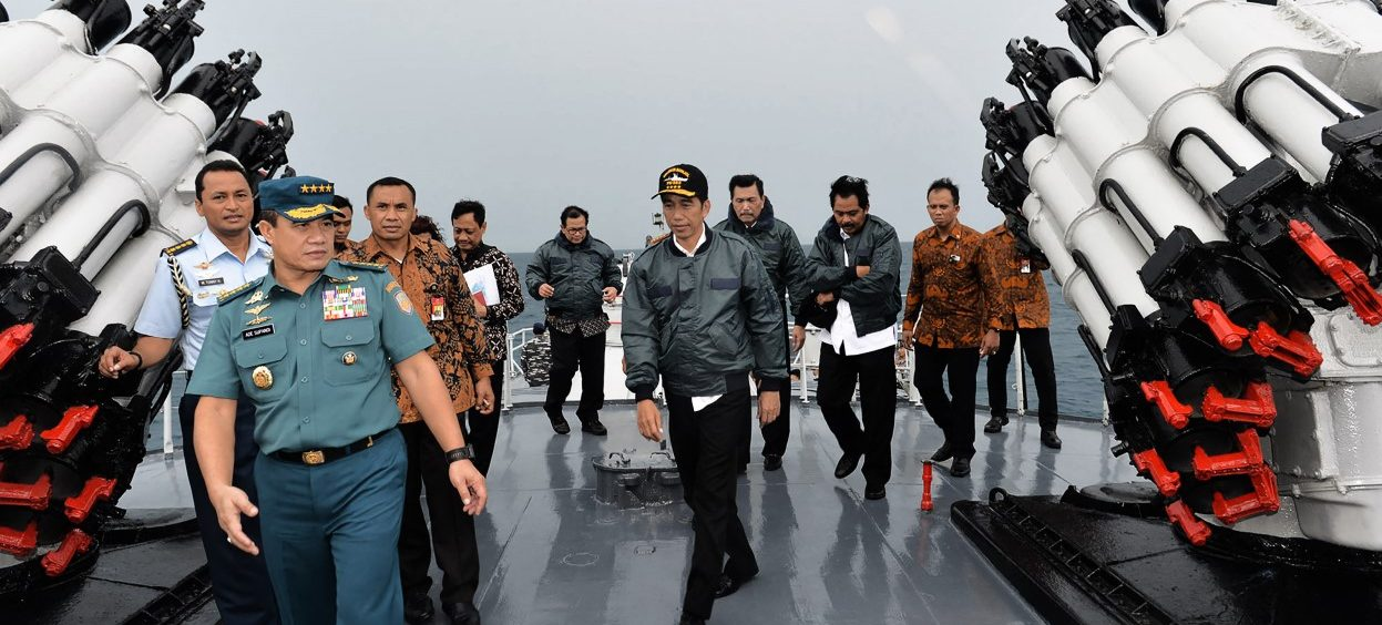 Indonesian President Joko Widodo (C) onboard the Imam Bonjol warship in Indonesia's Natuna Islands in the South China Sea on 23 June, 2016. (Photo: STR / PRESIDENTIAL PALACE / AFP)