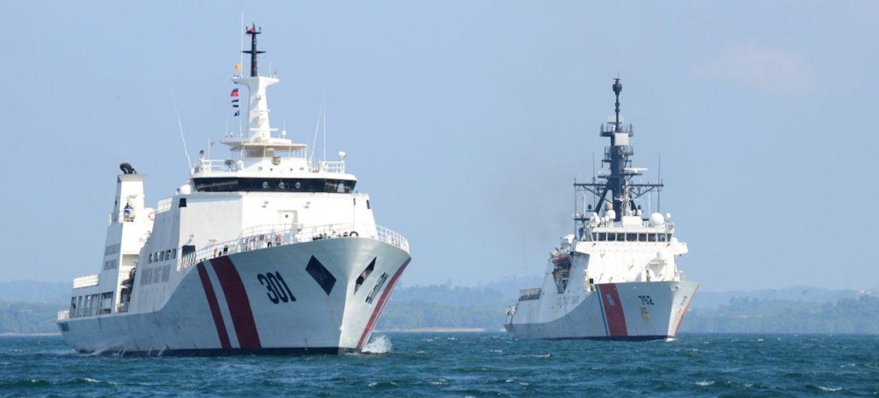 The Coast Guard Cutter Stratton (WMSL 752) sails alongside the Indonesian Bakamla (coast guard) vessel KN Tan Jung Datu in the Singapore Strait on 11 August, 2019. (Photo: Levi READ/ Defense Visual Information Distribution Service)