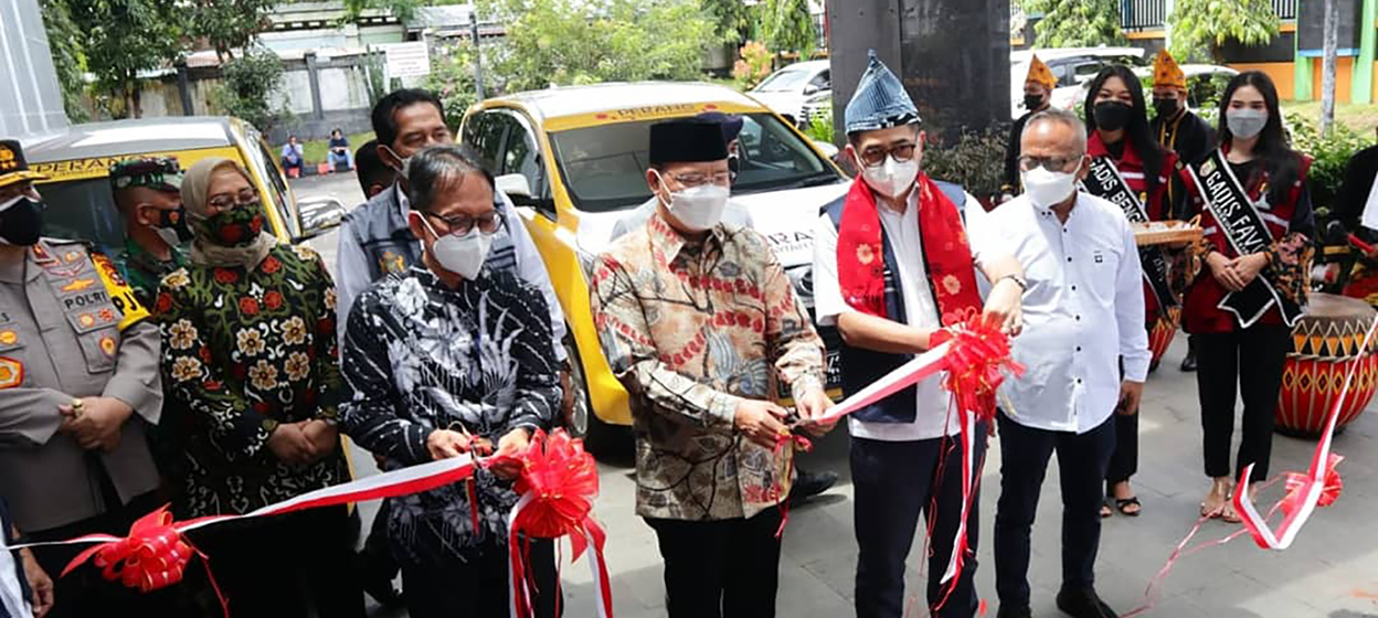 Chairman of the Indonesian Chamber of Commerce and Industry, Arsjad Rasjid, reviewed the implementation of mass vaccination and the inauguration of a mobile vaccine car in Bengkulu on 26 September, 2021. (Photo: KADIN Official/ Twitter)