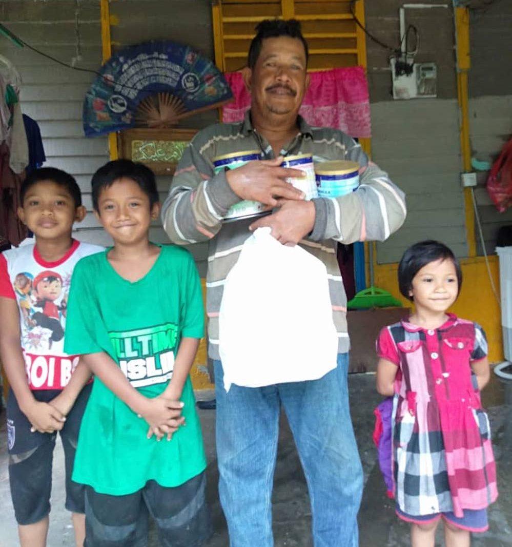 Recipients of food aid in Johor. (Photo: Serina Rahman)