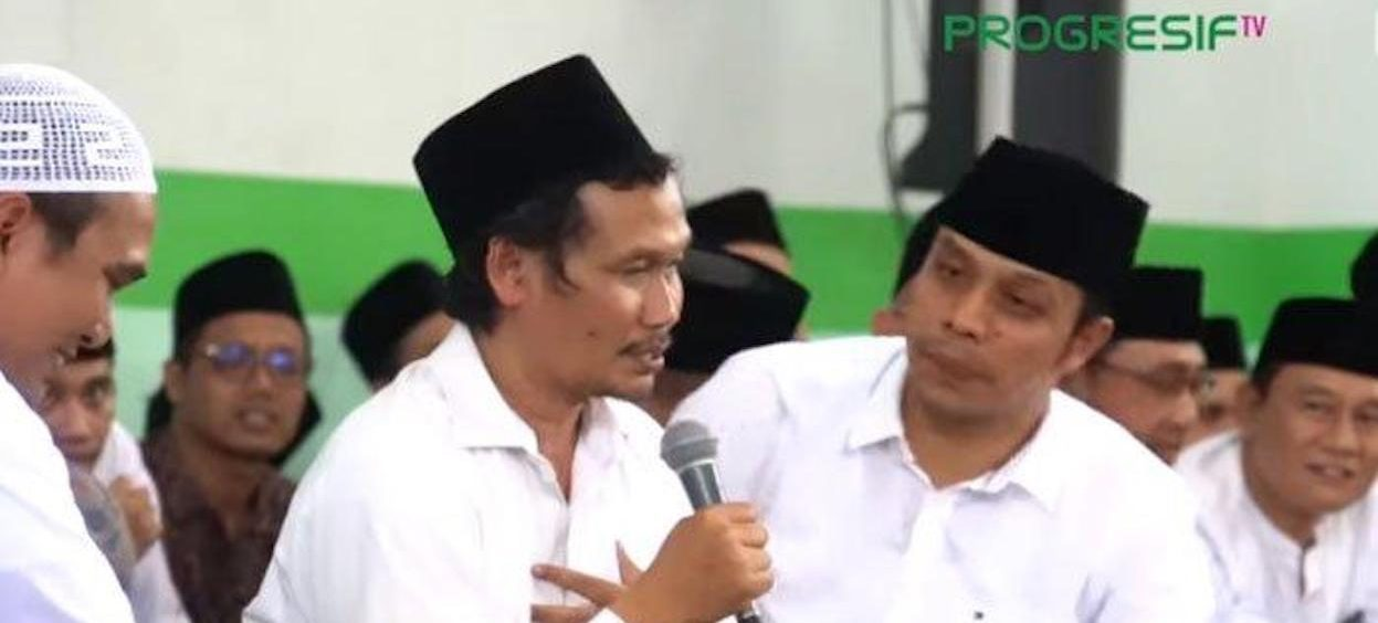Ahmad Bahauddin Nursalim or Gus Baha (holding microphone) delivers sermon during communal Islam study event (pengajian) at the office of Nadhlatul Ulama's (NU) East Java chapter on 12 October, 2019. (Screengrab: Progresif TV, Youtube)