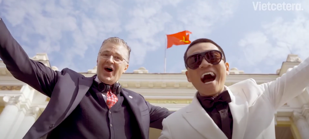 US Ambassador to Vietnam, H.E Daniel J. Kritenbrink (L) released a viral rap song on 8 February, 2021 as a greeting for the upcoming Vietnamese New Year. (Screengrab: Vietnam Insider, Youtube)